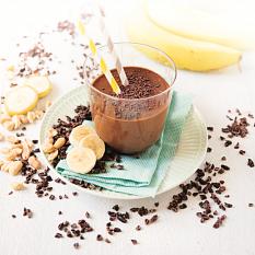 Clasen Bio lässt Smoothie-Träume wahr werden – mit dem cremigen Schoko-Erdnuss-Smoothie mit Kakaonibs