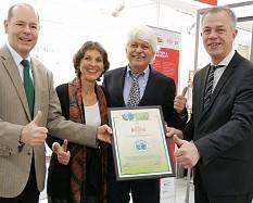 NRW-Umweltminister Johannes Remmel überreichte auf der Biofach-Messe das Green Brands Zertifikat an die Destillerie Dwersteg